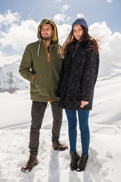 Pareja joven hermosa hipster senderismo en las montañas, viajes de vacaciones de invierno, hombre mujer enamorada Foto gratis