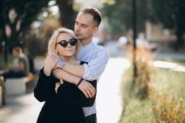 Pareja joven juntos en la ciudad Foto gratis