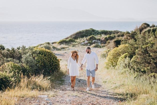 Pareja joven en luna de miel en grecia junto al mar Foto gratis