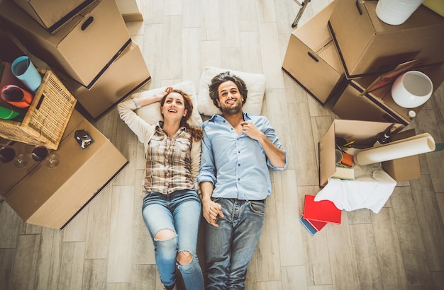 Pareja joven mudarse a apartamento nuevo Foto Premium