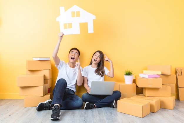 Pareja joven mudarse a su nuevo hogar Foto gratis