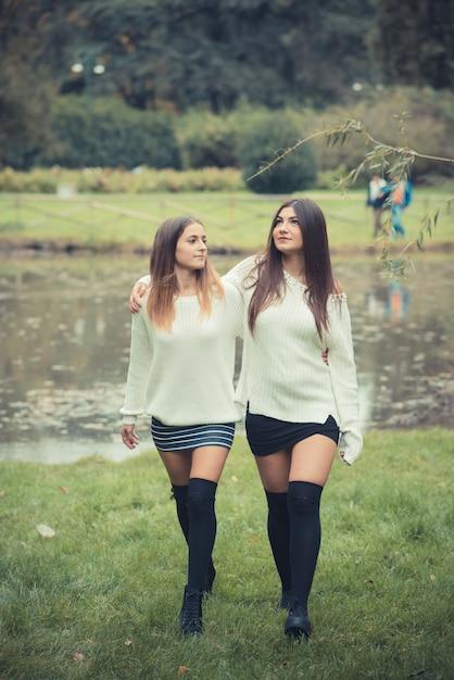 be588a06fa9 Pareja joven mujeres hermosas chicas otoño | Descargar Fotos premium