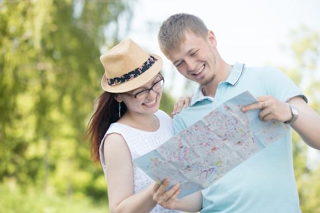 Pareja joven pasándolo bien con un mapa Foto Gratis