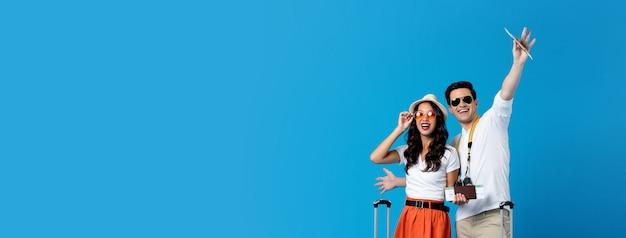 Pareja joven con pasaportes y listo para viajar Foto Premium