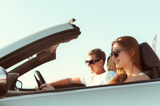 Pareja joven viajando en coche Foto Premium