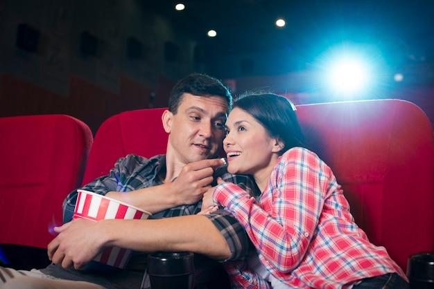 Resultado de imagen de pareja viendo pelícculas cine
