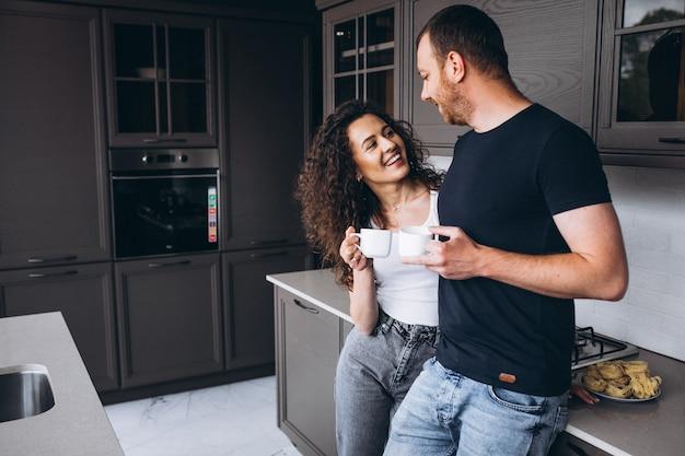 Pareja juntos en la cocina tomando café Foto gratis