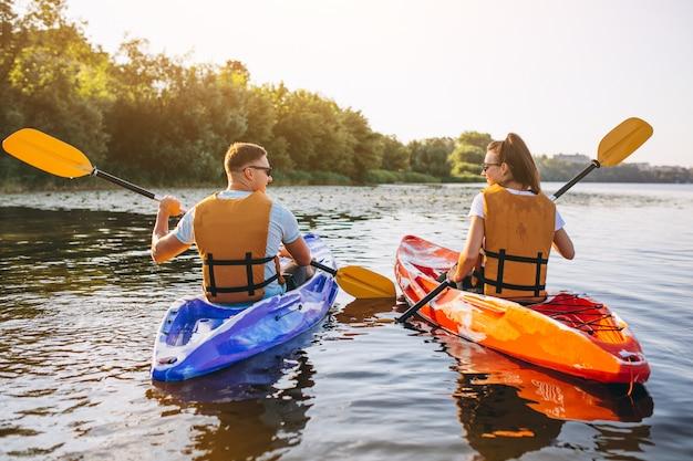 Pareja juntos en kayak en el río Foto gratis