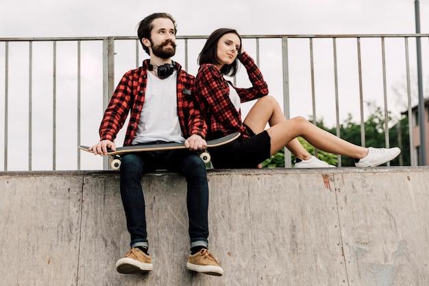 Pareja juntos en el skate park Foto gratis