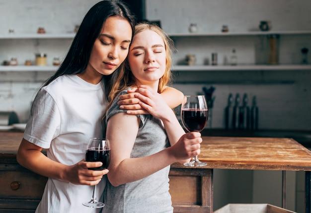 Pareja de lesbianas bebiendo vino Foto gratis