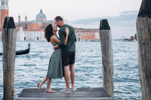 Pareja en luna de miel en venecia Foto gratis