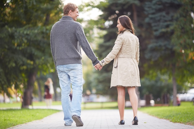 Resultado de imagen para caminando parejas
