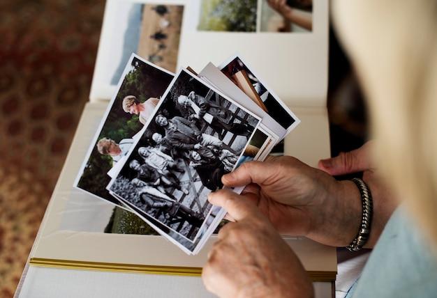 Pareja mayor mirando el álbum de fotos de familia Foto Premium