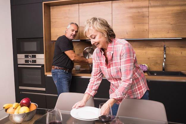 Pareja mayor preparando comida en cocina Foto gratis