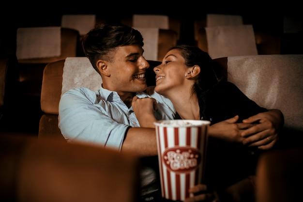 Pareja mira películas en el teatro con palomitas de maíz sonrisa y cara feliz Foto Premium