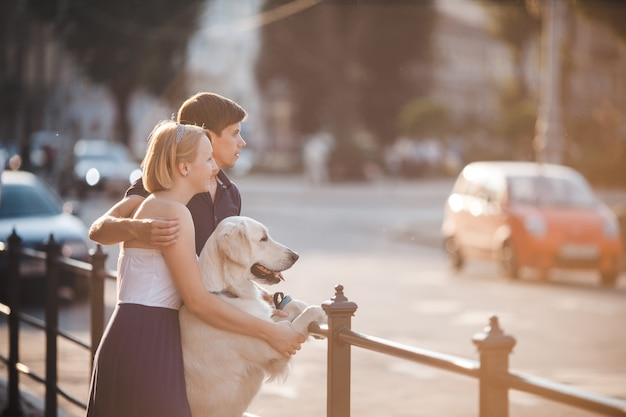 Pareja mirando a la carretera con su perro Foto Gratis