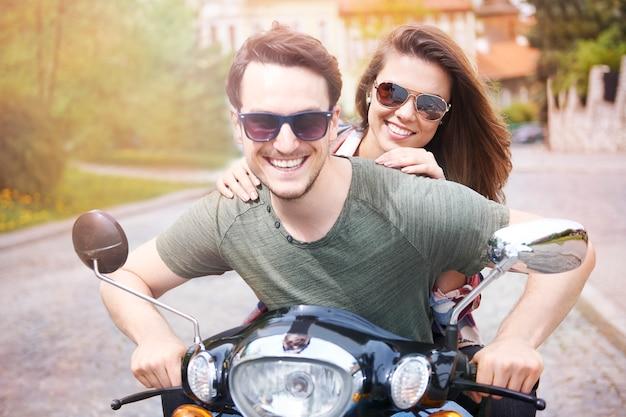 Pareja en motocicleta en la ciudad Foto gratis