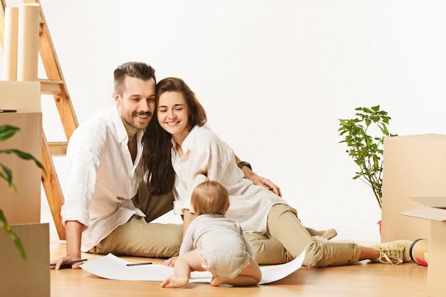 Pareja mudándose a una nueva casa: las personas casadas felices compran un nuevo departamento para comenzar una nueva vida juntos Foto gratis