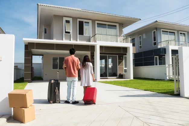 Pareja de mudarse a una casa nueva Foto Premium
