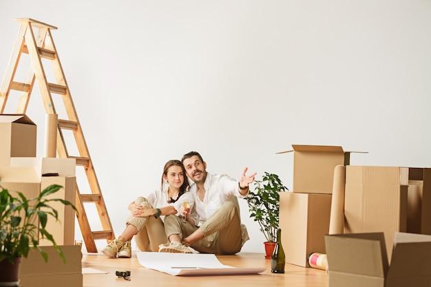 Pareja mudarse a un nuevo hogar. Foto gratis