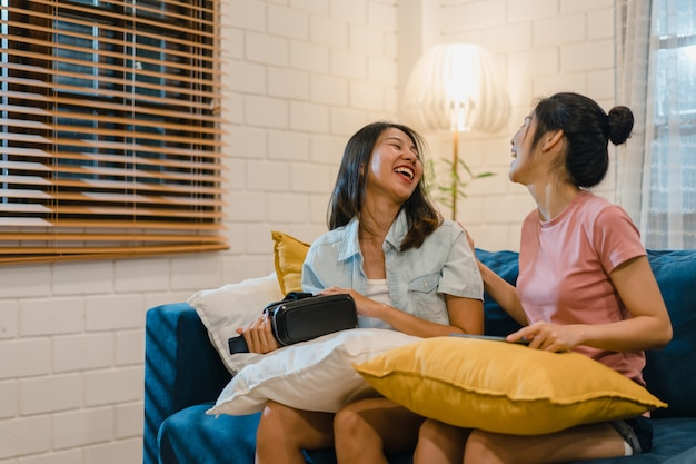 Pareja de mujeres lgbt lesbianas usando tableta en casa Foto gratis