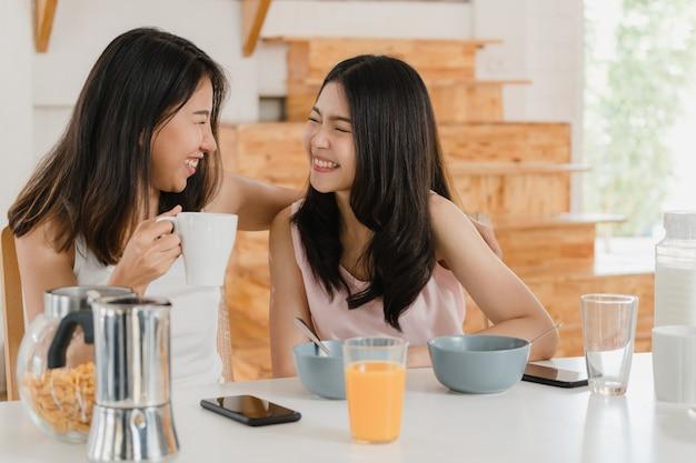 Pareja de mujeres lgbtq lesbianas asiáticas desayuna en casa Foto gratis