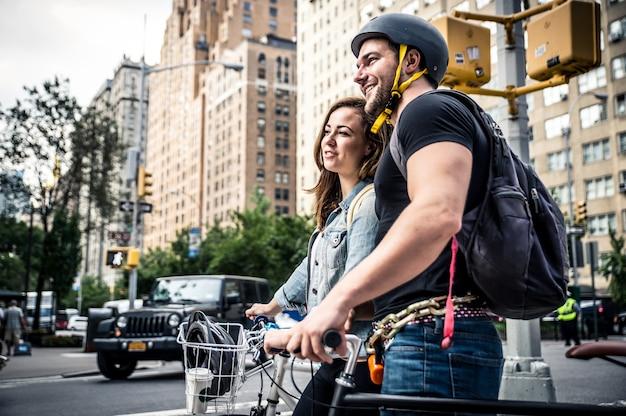 Pareja de neoyorquinos en sus bicicletas Foto Premium
