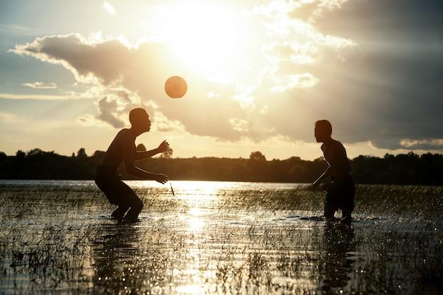 Pareja Nino Jugando Futbol Con Fondo Puesta De Sol Descargar Fotos