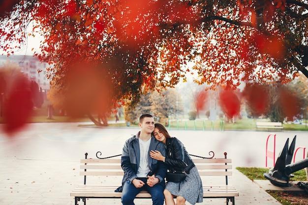Pareja en el parque otoño Foto gratis