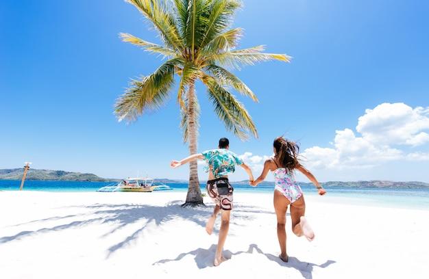 Pareja pasar tiempo en una hermosa isla tropical remota. concepto sobre vacaciones y estilo de vida. Foto Premium