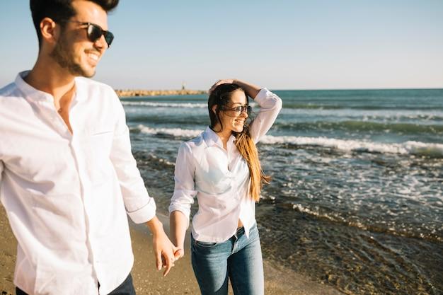 Pareja paseando por la playa Foto gratis
