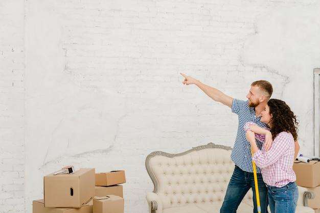 Pareja planeando la renovación durante la limpieza Foto Gratis
