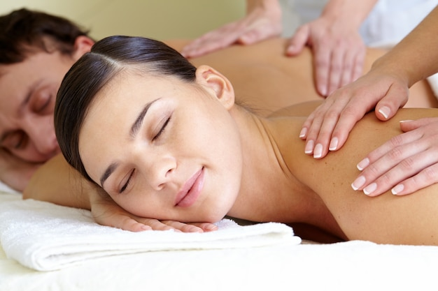 Pareja recibiendo masajes de espalda Foto Gratis