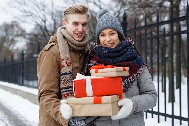 Pareja con regalos Foto gratis