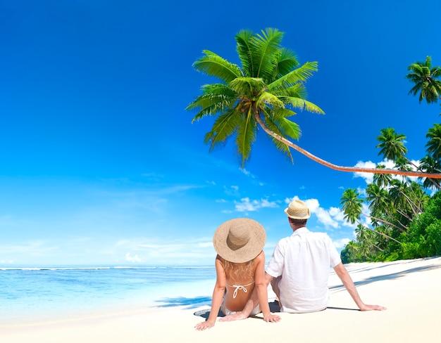 Pareja relajante en una playa en samoa Foto Premium