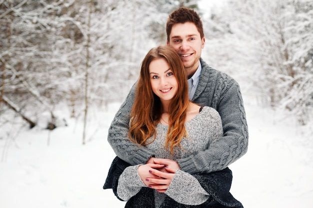 pareja romntica abrazada en la nieve foto gratis