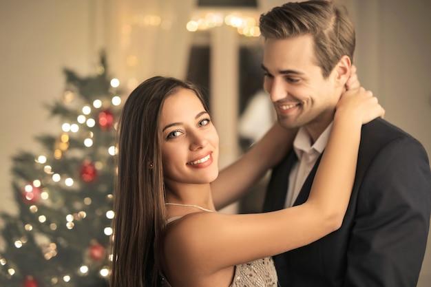 Pareja romántica celebrando la navidad en casa Foto Premium