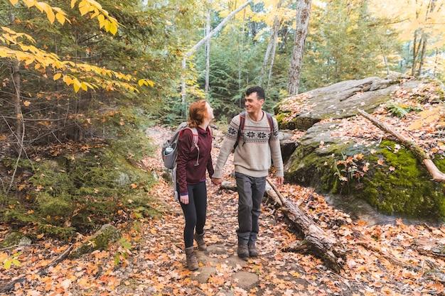 Pareja de senderismo en el bosque en canadá Foto Premium