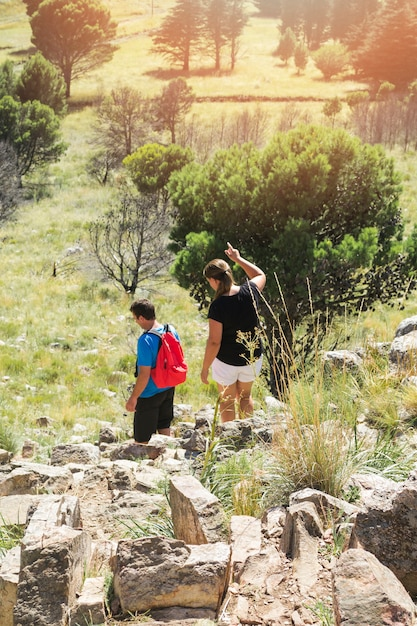 Pareja de senderismo en la colina de piedra Foto gratis