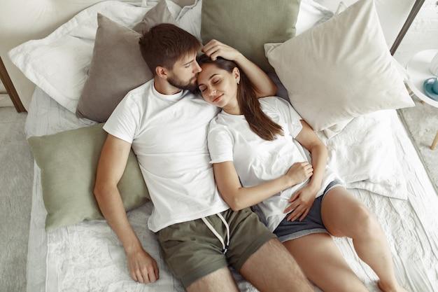 Pareja sentada en una cama Foto gratis