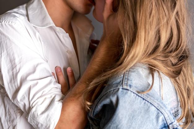 Pareja sentimental feliz en la vinculación de amor. joven pareja de enamorados se abrazan. Foto Premium