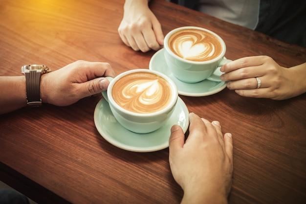 Una pareja tomando café en el café juntos | Foto Premium