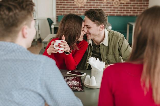 Pareja tomando café en un restaurante Foto gratis