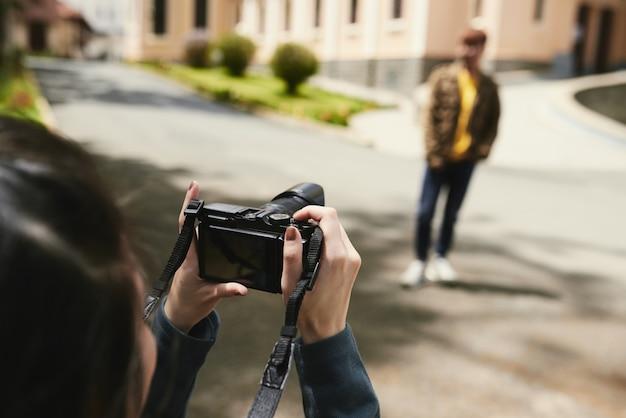Pareja tomando fotos al aire libre Foto gratis