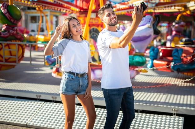 Pareja tomando selfie con teléfono Foto gratis
