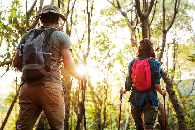 Pareja trekking juntos Foto gratis