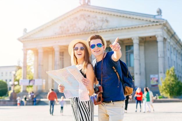Pareja de turistas en ciudad Foto gratis