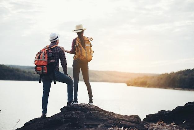 Pareja de turistas con mochilas en montaña Foto gratis