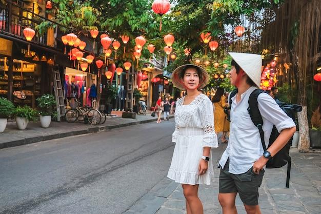 Pareja de viaje en las calles de hoi an, vietnam Foto Premium