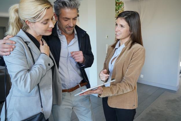 Pareja visitando casa con agente de bienes raíces Foto Premium